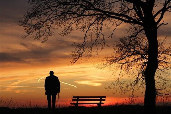 老人买终身重疾险需注意什么?该怎么选择?
