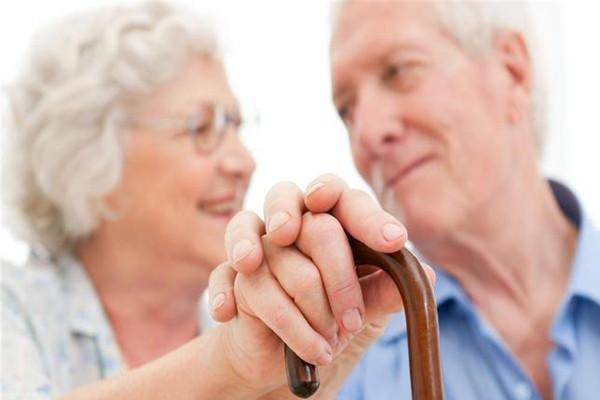 老年人买高端医疗保险靠谱不?老人买高端医疗保险时要注意什么?